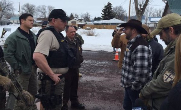 malheur-ammon-bundy-harney-county-deputies-01222016_119531