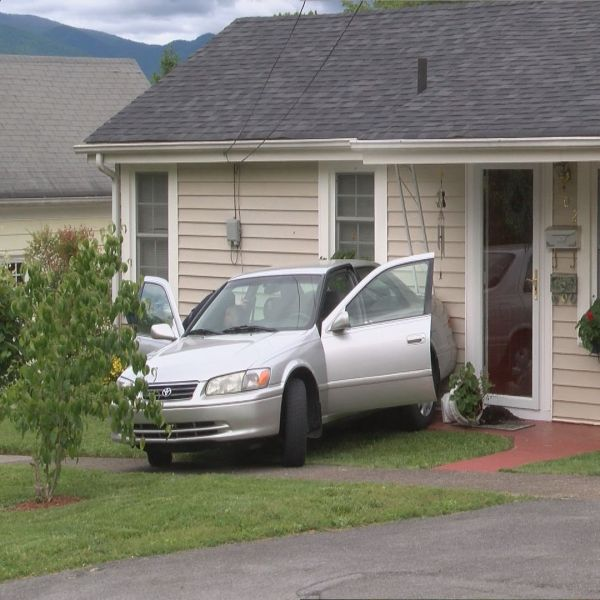 CAR HITS HOUSE ELIZABETHTON_156849