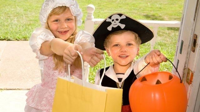 halloween-trick-or-treaters-candy-jpg_166248_ver1-0_13866376_ver1-0_640_360_428122