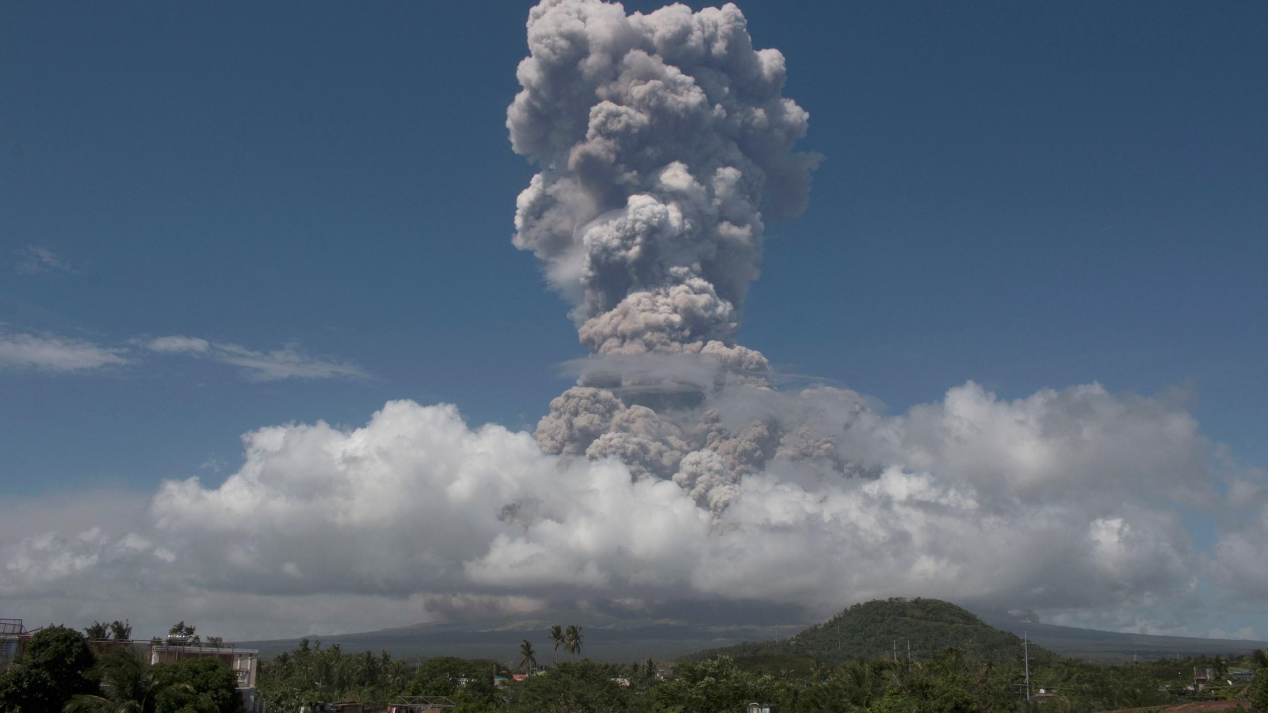 APTOPIX_Philippines_Volcano_82231-159532.jpg09747746