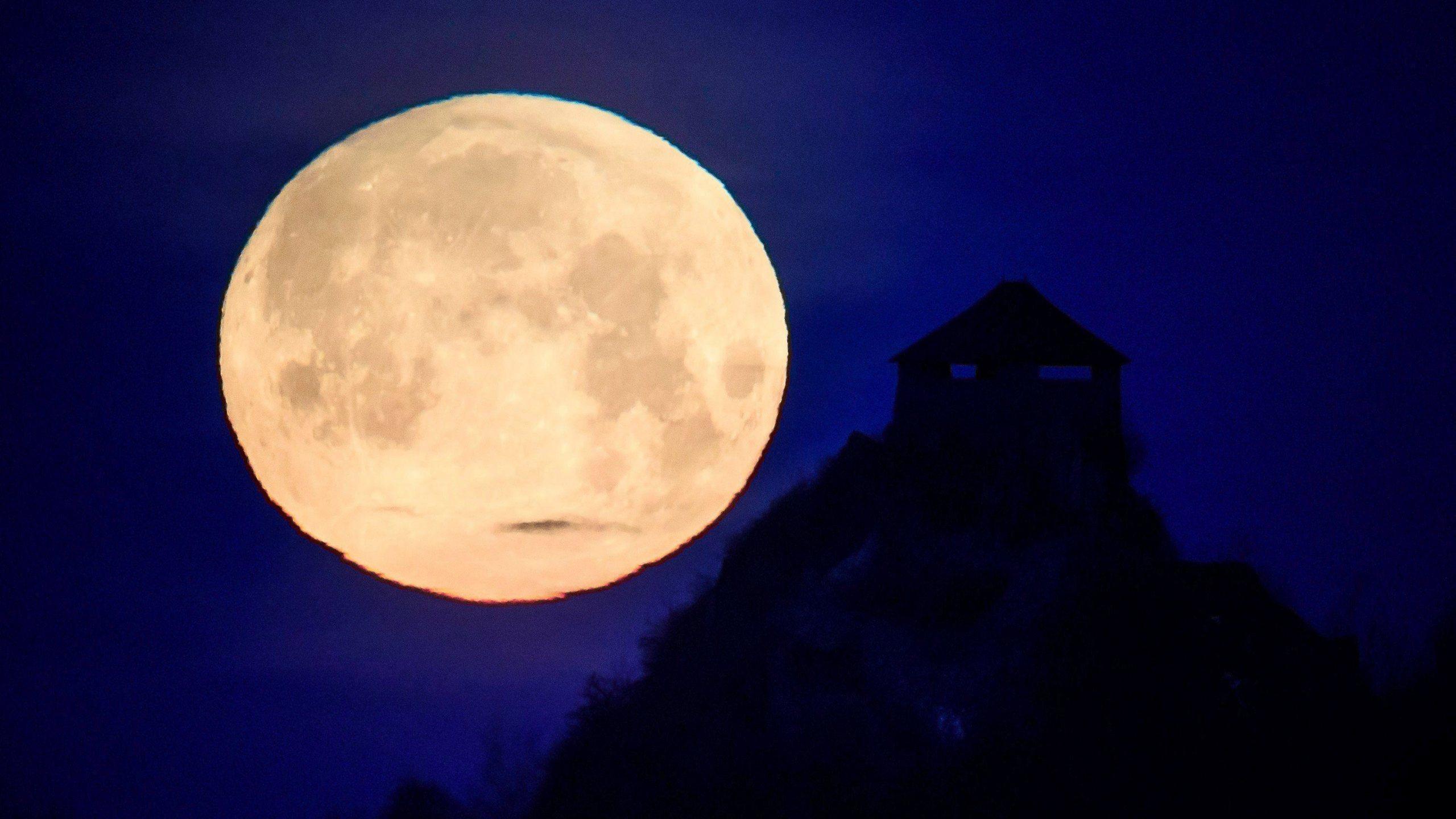 Hungary_Full_Moon_86876-159532.jpg47459052