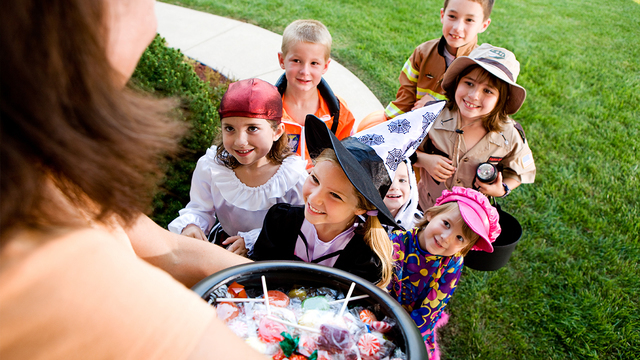 halloween-candy-children-trick-or-treating_1538413441894_404644_ver1.0_57732451_ver1.0_640_360_1540543133023_60187153_ver1.0_640_360_1540552937646.jpg